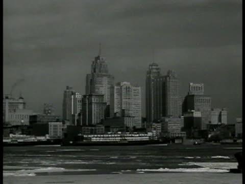 downtown detroit skyline detroit river stationary ferry fg - detroit river stock-videos und b-roll-filmmaterial
