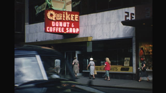vidéos et rushes de 1953 downtown detroit - détroit michigan