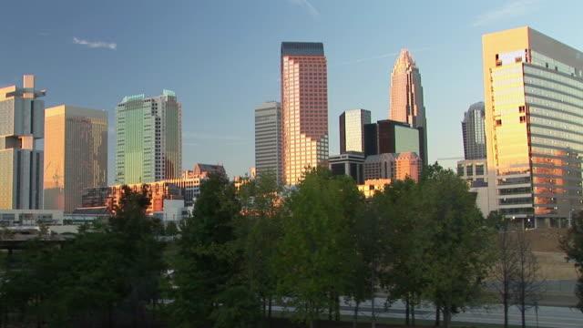 ws, downtown district skyline, charlotte, north carolina, usa - charlotte stock-videos und b-roll-filmmaterial