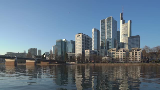 vídeos de stock e filmes b-roll de downtown frankfurt and main river at sunset - cityscape