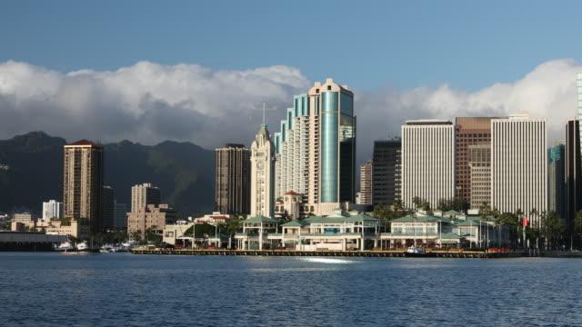 vídeos de stock e filmes b-roll de downtown honolulu hawaii cityscape and the aloha tower - aloha