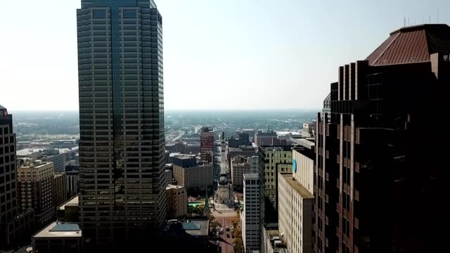 stockvideo's en b-roll-footage met downtown indianapolis, monument circle - monument