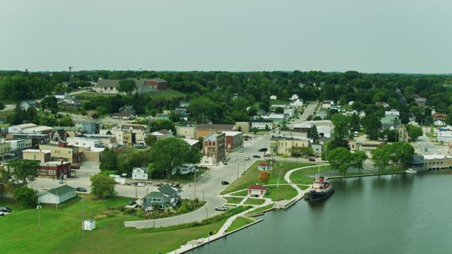 ケワウネ、ウィスコンシン、ミシガン湖のダウンタウン - ドローンショット - ウィスコンシン州点の映像素材/bロール