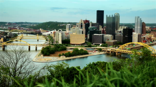 panorama di centro della città vicino al fiume da riverside hill - pittsburgh video stock e b–roll