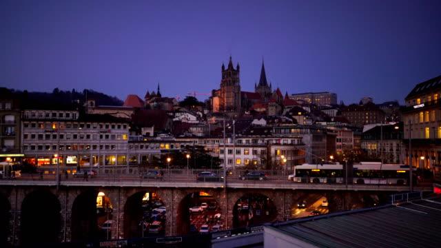 青いたそがれ時にスイスでローザンヌをダウンタウン。 - switzerland点の映像素材/bロール