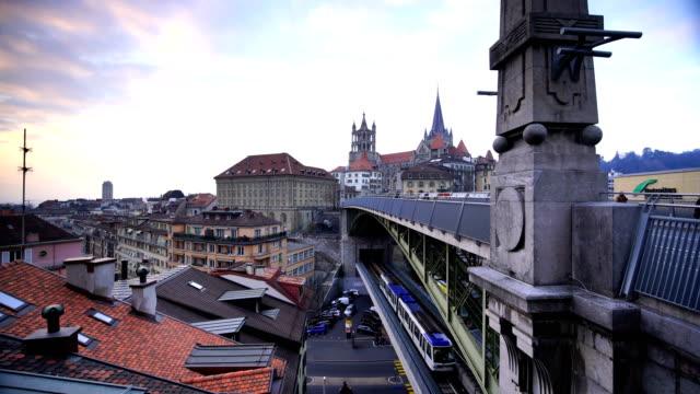 Die Innenstadt von Lausanne in der Schweiz während der blauen Dämmerstunde.
