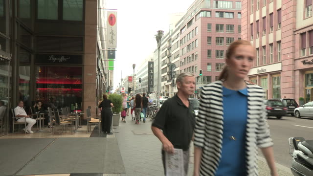 downtown life, berlin - fußgänger stock-videos und b-roll-filmmaterial