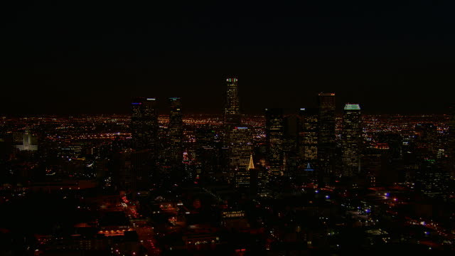 vidéos et rushes de downtown la lights sparkle at night - vue subjective d'un avion