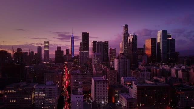 夕暮れ時の空中ショットにロサンゼルスのダウンタウン - ロサンゼルス郡点の映像素材/bロール