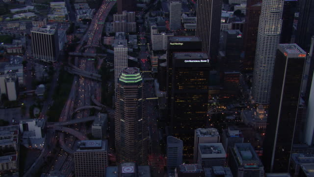 vidéos et rushes de downtown los angeles at night with the harbor freeway (interstate 110) and the city national bank. - crépuscule