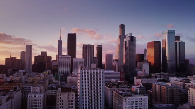 stockvideo's en b-roll-footage met downtown los angeles bij zonsondergang - luchtfoto - binnenstad