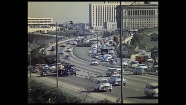 vidéos et rushes de 1957 downtown los angeles highway - grands axes de circulation