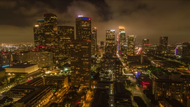 vídeos de stock e filmes b-roll de downtown los angeles night aerial time lapse - city of los angeles