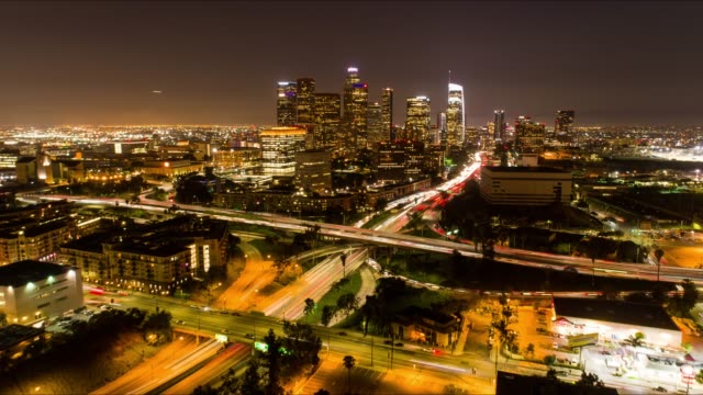 stockvideo's en b-roll-footage met downtown los angeles nacht luchtfoto time-lapse - city of los angeles