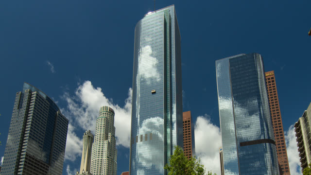 vídeos de stock e filmes b-roll de t/l zo downtown los angeles sky scrapers with clouds - arranha céu