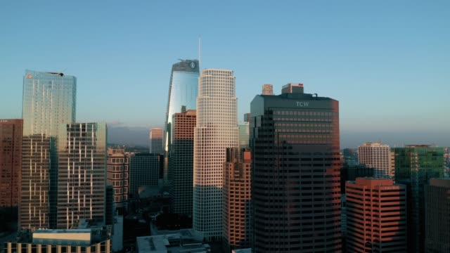 stockvideo's en b-roll-footage met de skyline van downtown los angeles op dusk - 4k drone beelden - b roll