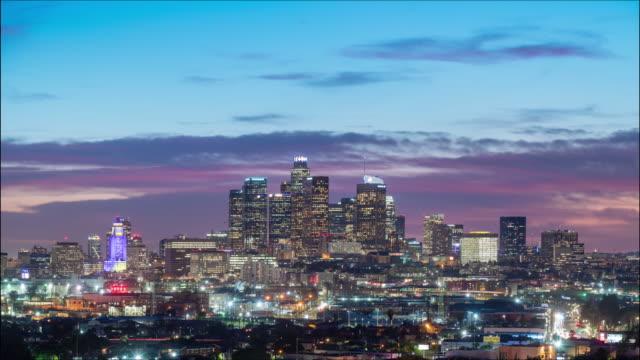 vídeos de stock, filmes e b-roll de centro de los angeles skyline day to night sunset timelapse - long exposure
