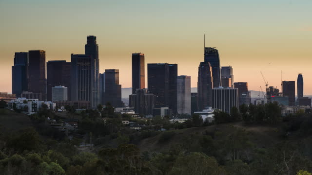 vídeos de stock e filmes b-roll de downtown los angeles time lapse dusk to dark - dia