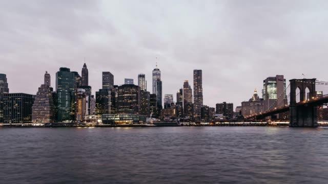 vídeos de stock, filmes e b-roll de t/l zi na baixa manhattan, do entardecer à noite / nova york, eua - distrito financeiro de manhattan