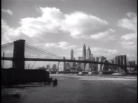 vidéos et rushes de downtown manhattan highrise skyline w/ brooklyn bridge fg cardinal eugenio pacelli moving from car greeting people gathered on street people kissing... - pont de brooklyn