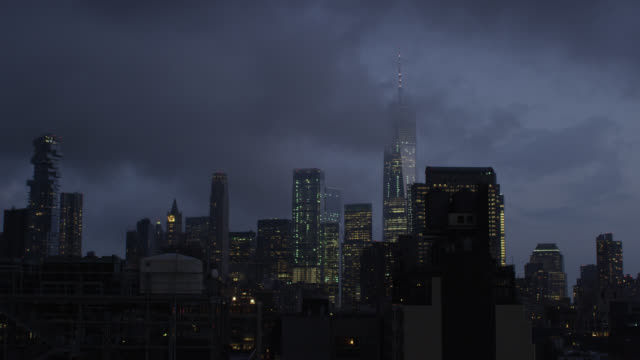 downtown manhattan skyline at dusk - stimmungsvoller himmel stock-videos und b-roll-filmmaterial