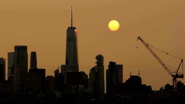 downtown manhattan skyline sunset haze - inquadratura fissa video stock e b–roll