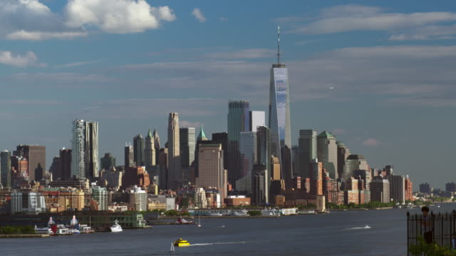 stockvideo's en b-roll-footage met downtown manhattan skyline with river traffic on the west side by the hudson river. - passagiersboot
