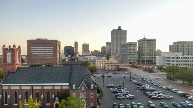 vídeos de stock e filmes b-roll de downtown memphis tennessee skyline at twilight - memphis