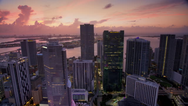 vidéos et rushes de aerial downtown miami and biscayne bay at dawn - miami