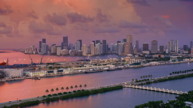 vídeos y material grabado en eventos de stock de aerial downtown miami and port of miami from mac arthur causeway at dawn - bahía de biscayne