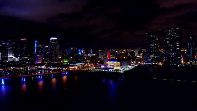 stockvideo's en b-roll-footage met downtown miami florida at night - macarthur causeway bridge