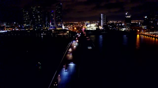 stockvideo's en b-roll-footage met downtown miami florida macarthur causeway at night - macarthur causeway bridge