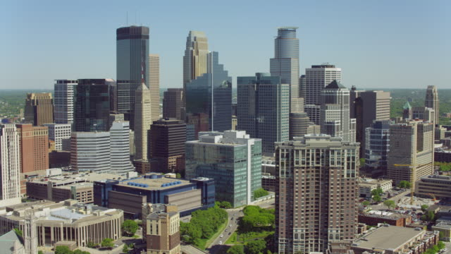 stockvideo's en b-roll-footage met downtown minneapolis skyscrapers - st. paul minnesota