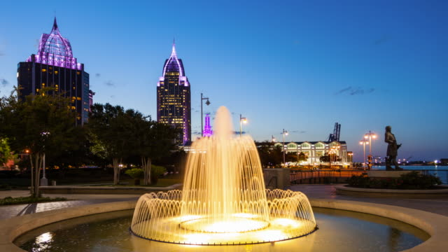 stockvideo's en b-roll-footage met downtown mobile, alabama skyline & water fountain at night - time lapse - alabama