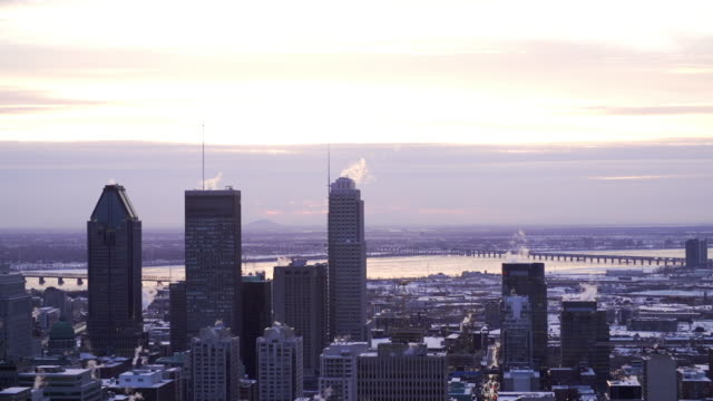vídeos y material grabado en eventos de stock de downtown montreal and st. lawrence river at dawn - montreal