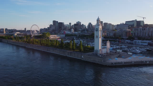stockvideo's en b-roll-footage met downtown montreal cityscape aerial view en st. lawrence river in de zomer bij zonsondergang - montréal