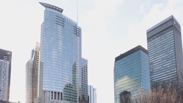 モントリオールのダウンタウンの近代的な超高層ビルは、冬に通りにパンダウン - モントリオール旧市街点の映像素材/bロール