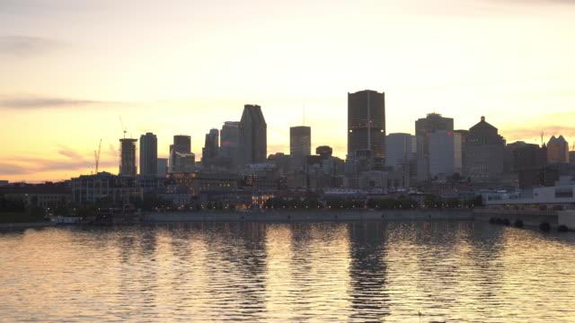 skyline von downtown montreal bei sonnenuntergang - sankt lorenz strom stock-videos und b-roll-filmmaterial