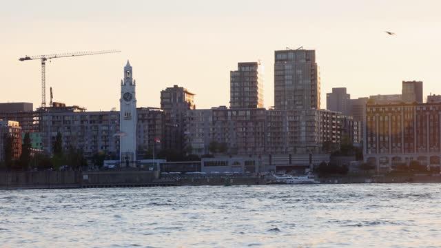 日没時のサンローレンス川とモントリオール・ヴュー港のスカイラインのダウンタウン - 六月点の映像素材/bロール
