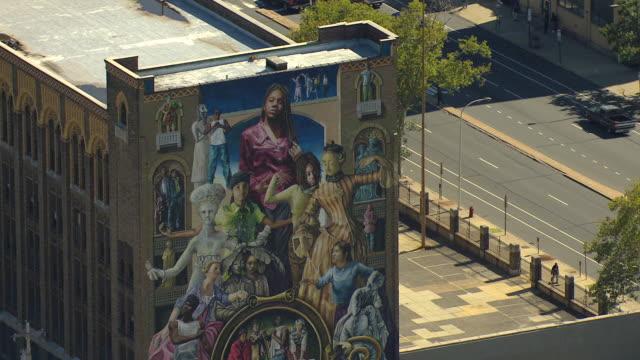 cu aerial downtown mural common threads on side of building / philadelphia, pennsylvania, united states - 壁画点の映像素材/bロール