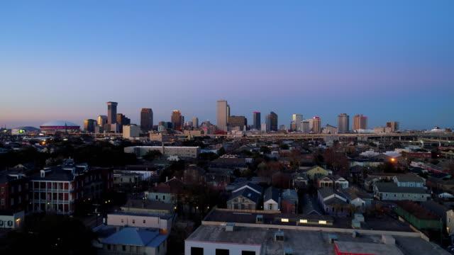 vídeos de stock e filmes b-roll de downtown new orleans at dusk - inclinação para cima
