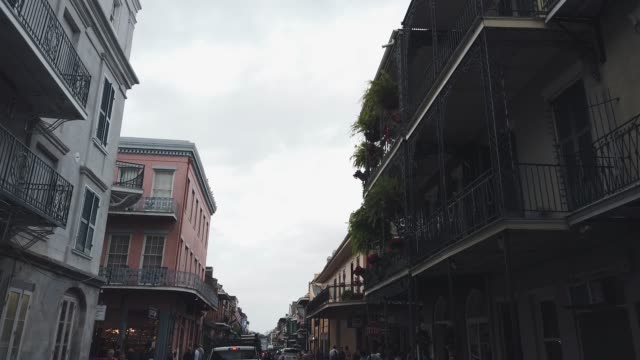 downtown new orleans residential buildings in the french quarter during the day underneath an overcast sky - reportage stock videos & royalty-free footage