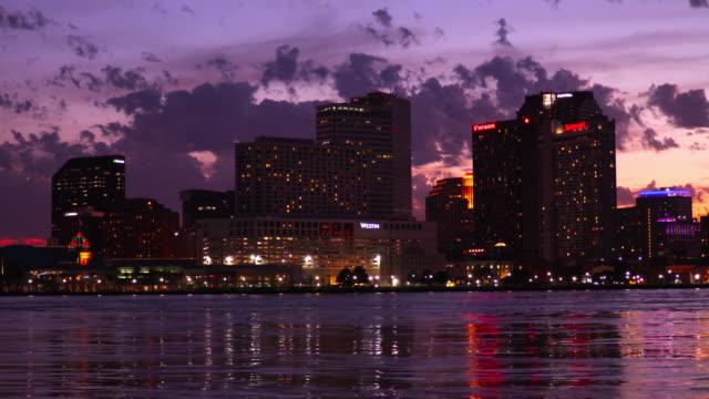 die innenstadt von new orleans skyline entlang dem mississippi fluß - new orleans stock-videos und b-roll-filmmaterial