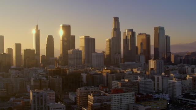 vídeos de stock, filmes e b-roll de aérea no centro da cidade de los angeles ao pôr do sol - distrito financeiro