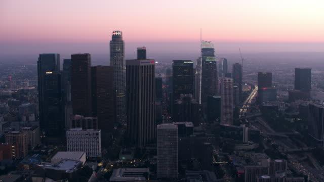 aerial downtown los angeles, ca i skymningen - us bank tower bildbanksvideor och videomaterial från bakom kulisserna