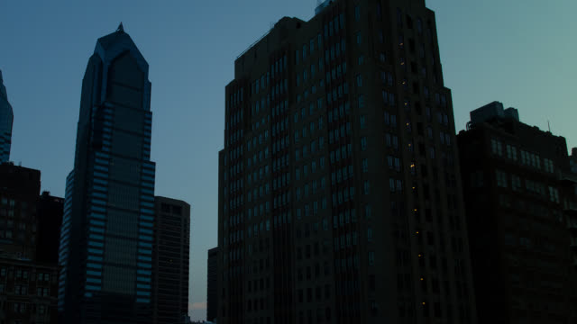 stockvideo's en b-roll-footage met t/l pan downtown philadelphia sky scrapers night to day transition - d day