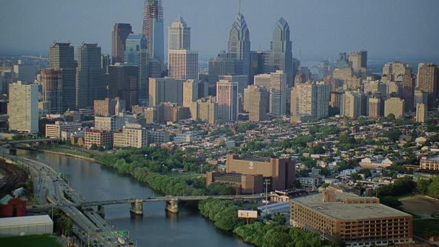 aerial downtown philadelphia skyline / philadelphia, pennsylvania, united states - filadelfia video stock e b–roll