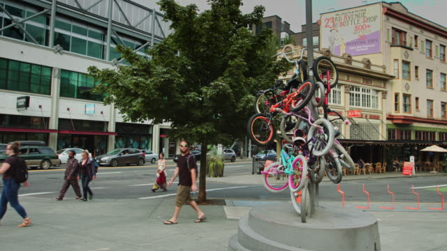 downtown portland street scene with zoobomb bike sculpture - portland oregon stock videos & royalty-free footage