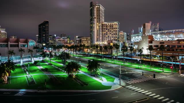 vídeos de stock e filmes b-roll de downtown san diego and petco park night timelapse - uss midway