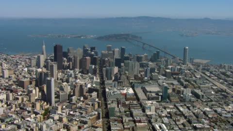 downtown san francisco and bay bridge - san francisco kalifornien bildbanksvideor och videomaterial från bakom kulisserna